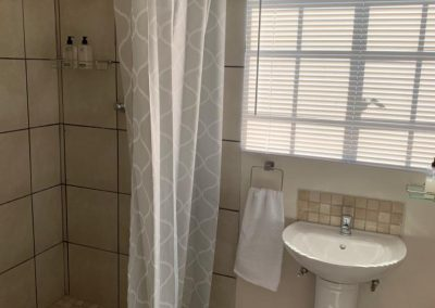 Ensuite toilet and shower Cottage 4b